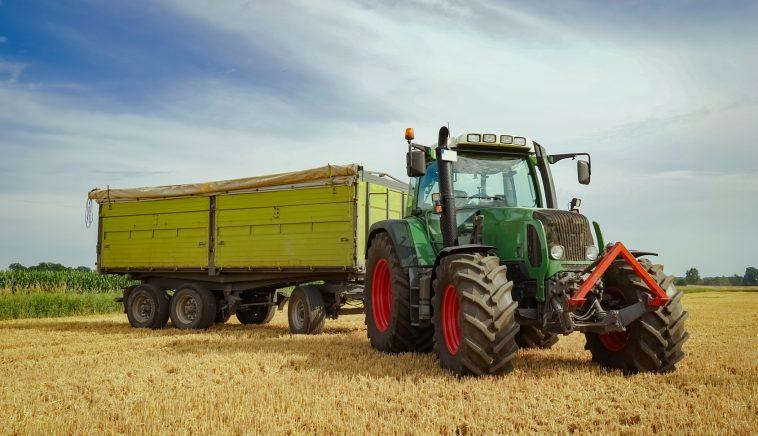 Getreideernte - Trecker mit Anhänger auf einem Stoppelfeld